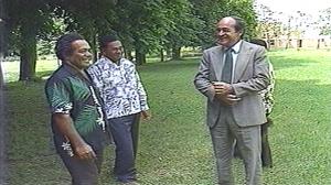 Petite pause lors de la table ronde de Nainvilles-les-Roches, entre JM Tjibaou (à gauche), J Lafleur (à droite) et G Païta (au centre).